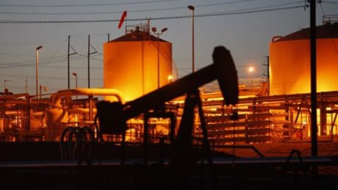 Petrolio sempre nella bufera ma la Borsa limita le perdite (-0,4%) con moda e Telecom