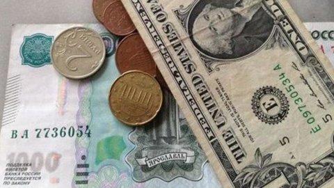Banca centrale russa alza i tassi ma il crollo del rublo non si ferma