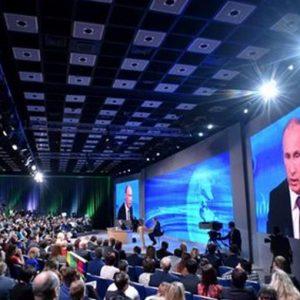 """Putin attacca: """"I nostri partner vogliono incatenare l'orso russo"""""""