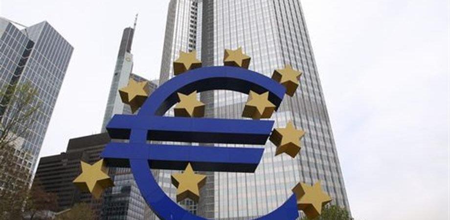 Crescita in calo, mercati in attesa dell'aiuto di Draghi