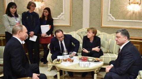 Hollande-Merkel: nuove sanzioni a Russia se non rispetta accordi Minsk