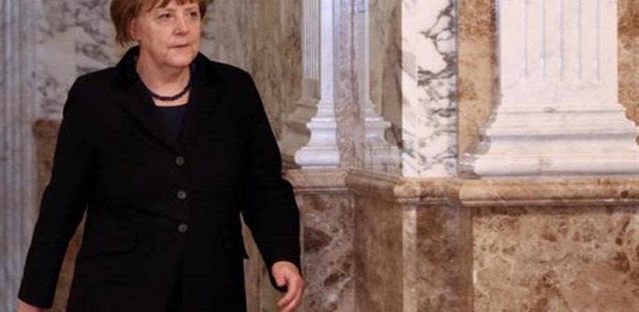 """Merkel ai costruttori d'auto: """"assumete i rifugiati"""""""