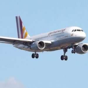 Aereo caduto, Lufthansa nella bufera: mai più un pilota solo in cabina