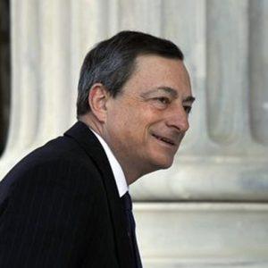 Bce, Draghi interrotto da una protesta con coriandoli
