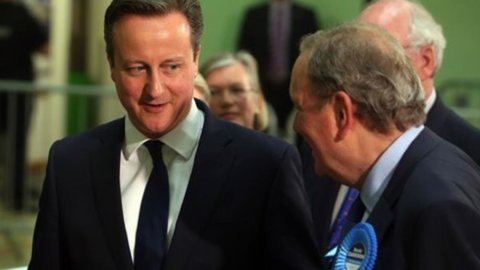 Gb, elezioni: conservatori di Cameron in vantaggio. Exploit scozzese: occhio alla sterlina