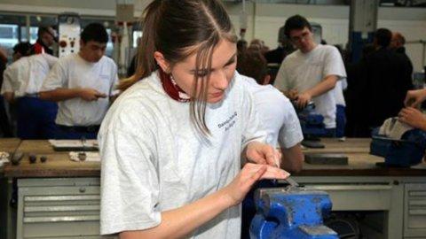 Giovane donna al lavoro