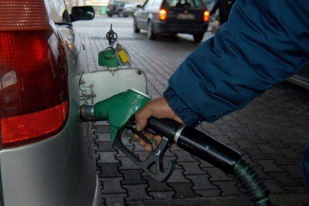 Benzina, che stangata: 80 euro per fare il pieno