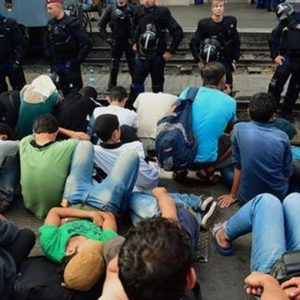 Migranti, Austria invia quattro blindati