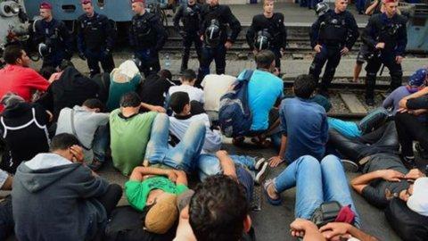 Migranti: aperta stazione Budapest, assalto ai treni che non partono