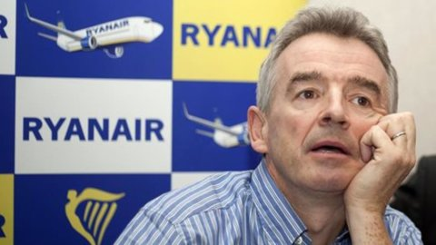 Ryanair, 2mila assunzioni di hostess e steward in Italia