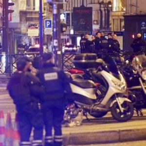 """Parigi, la più grande strage terroristica di Francia: 129 morti e 352 feriti. """"Siamo in guerra"""""""