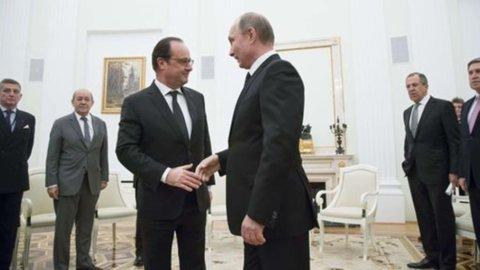 """Putin a Hollande: """"Sì alla grande coalizione anti-Isis anche a guida Usa"""""""