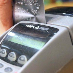 Carte di credito e bancomat: attenzione, all'estero il prelievo costa di più