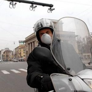 Allarme smog: blocco del traffico a Milano e a Napoli, ma non a Roma
