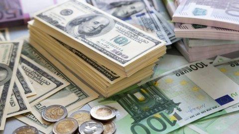 """Trump: """"Dollaro troppo forte"""". Borse, banche e spread in tensione"""