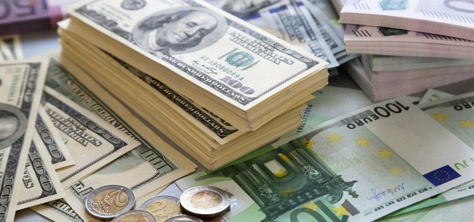 Borse incerte, euro al top. Soffre il lusso