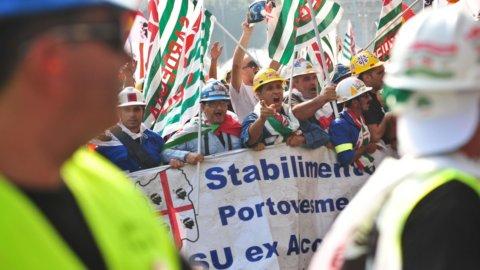 Alcoa: 3 sindacalisti su silos per protesta a 60 metri d'altezza