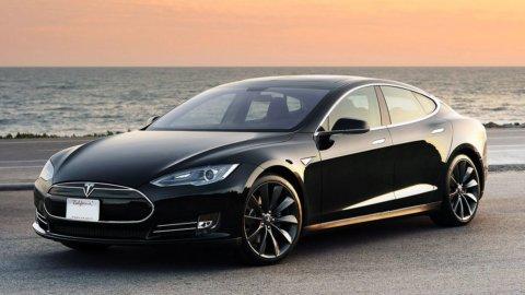 """Bitcoin, Tesla investe 1,5 miliardi: """"Auto pagabili in criptovalute"""""""