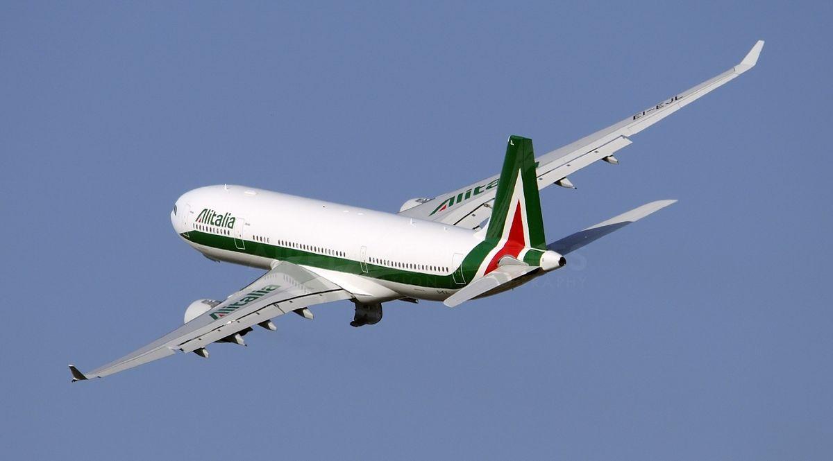 Un aereo in volo della compagnia Alitalia