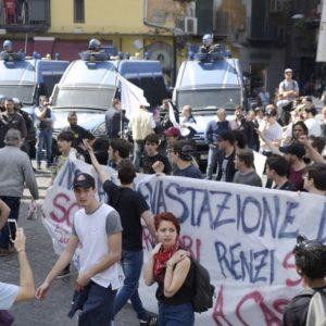 Renzi a Napoli per Bagnoli, scontri in città