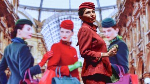 Alitalia, nuove divise: da luglio in rosso e verde