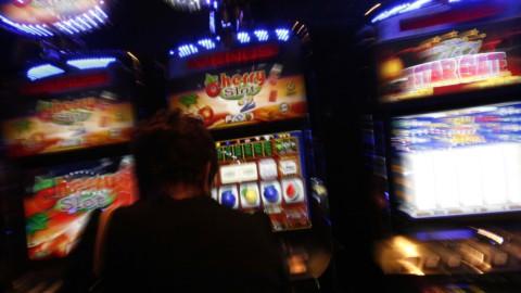Slot machines: arriva la stretta, via da tabaccherie e centri commerciali