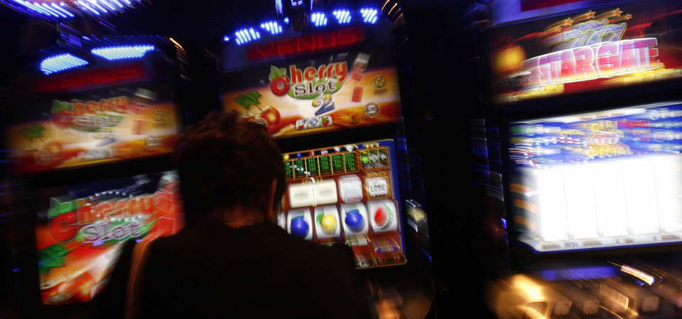 Slot machines: arriva la stretta, via da tabaccherie e centri commerciali