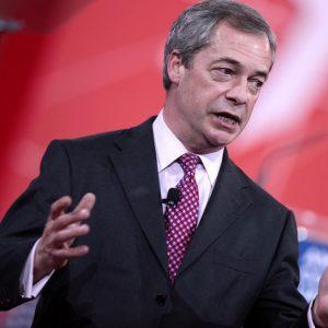 M5S: Grillo torna con Farage ma paga pegno