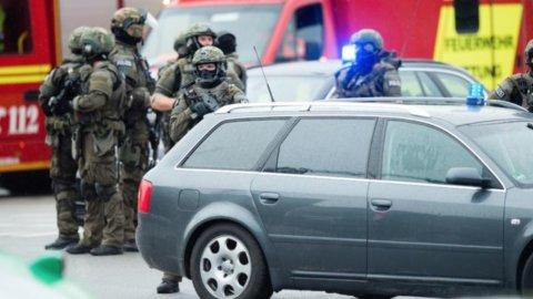 Terrore a Monaco: 9 morti, il folle gesto del killer 18enne. Non è terrorismo