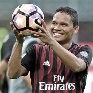 Il Milan sorpassa l'Inter che rincorre a Cagliari