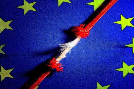 Tregua Italia-Ue, sì alla Brexit della May, disgelo Usa-Cina