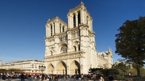Parigi, auto sospetta vicino a Notre Dame
