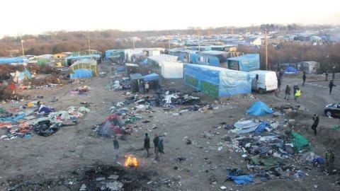 Migranti, addio giungla a Calais: è cominciato lo sgombero (Video)