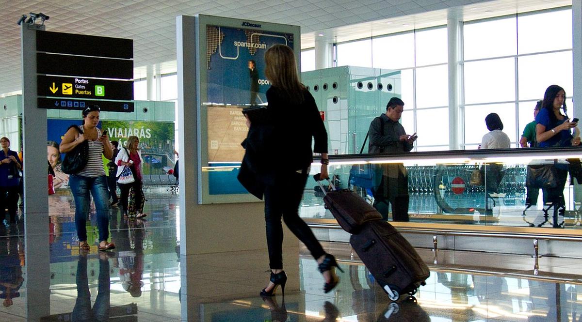 giovani all'aeroporto che fanno turismo