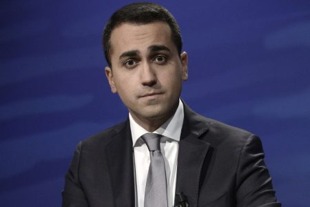 Flat tax, Di Maio si inginocchia a Salvini
