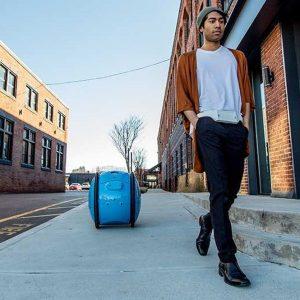 Piaggio lancia il robot-valigia che segue il proprietario (VIDEO)