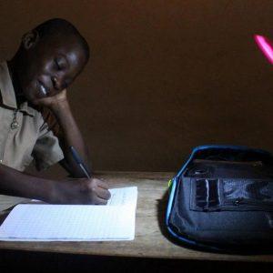 L'Africa inventa lo zainetto solare che dà luce agli scolari