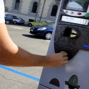 Strisce blu: la multa non vale se il parchimetro non ha il bancomat