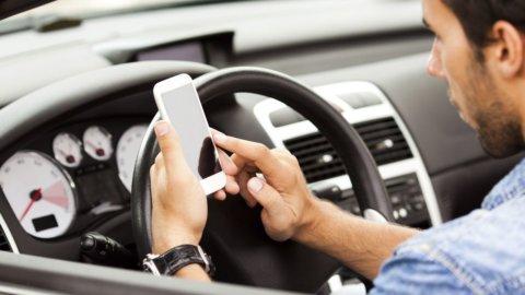 Telefono alla guida? Da maggio sarà sospensione della patente