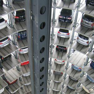 Borsa, finale in volata: l'auto corre, le banche frenano