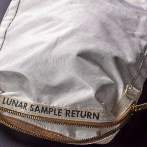 In asta a New York, la borsa dell'astronauta Neil Armstrong
