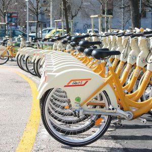 Mobilità, solo un terzo degli italiani sceglie i mezzi pubblici